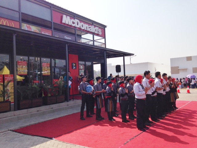 http://images-residence.summarecon.com/images/gallery/article/3179/Opening-McD-01.jpg