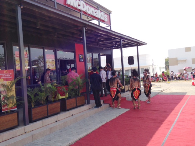 http://images-residence.summarecon.com/images/gallery/article/3179/Opening-McD-04.jpg